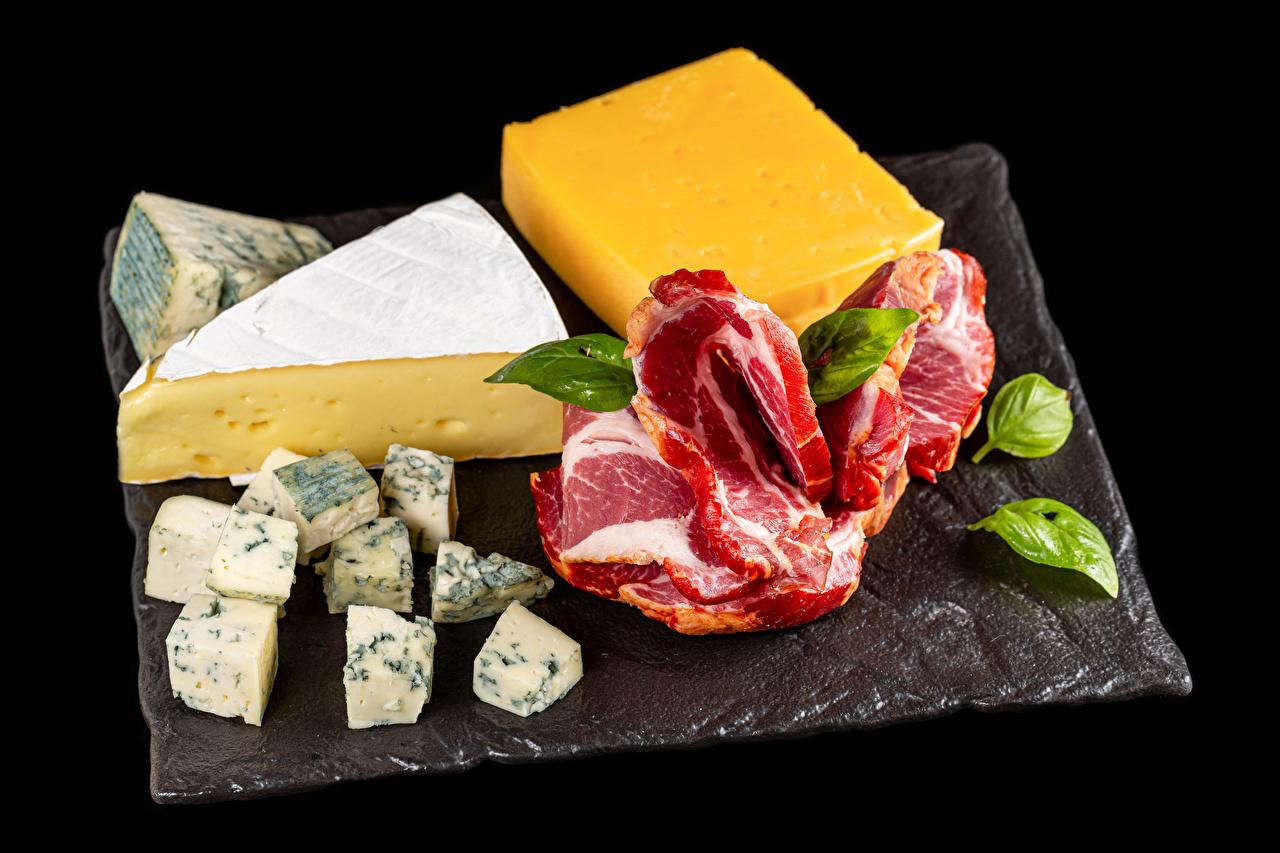 Foto Käse Lebensmittel Schneidebrett Fleischwaren Schwarzer Hintergrund das Essen