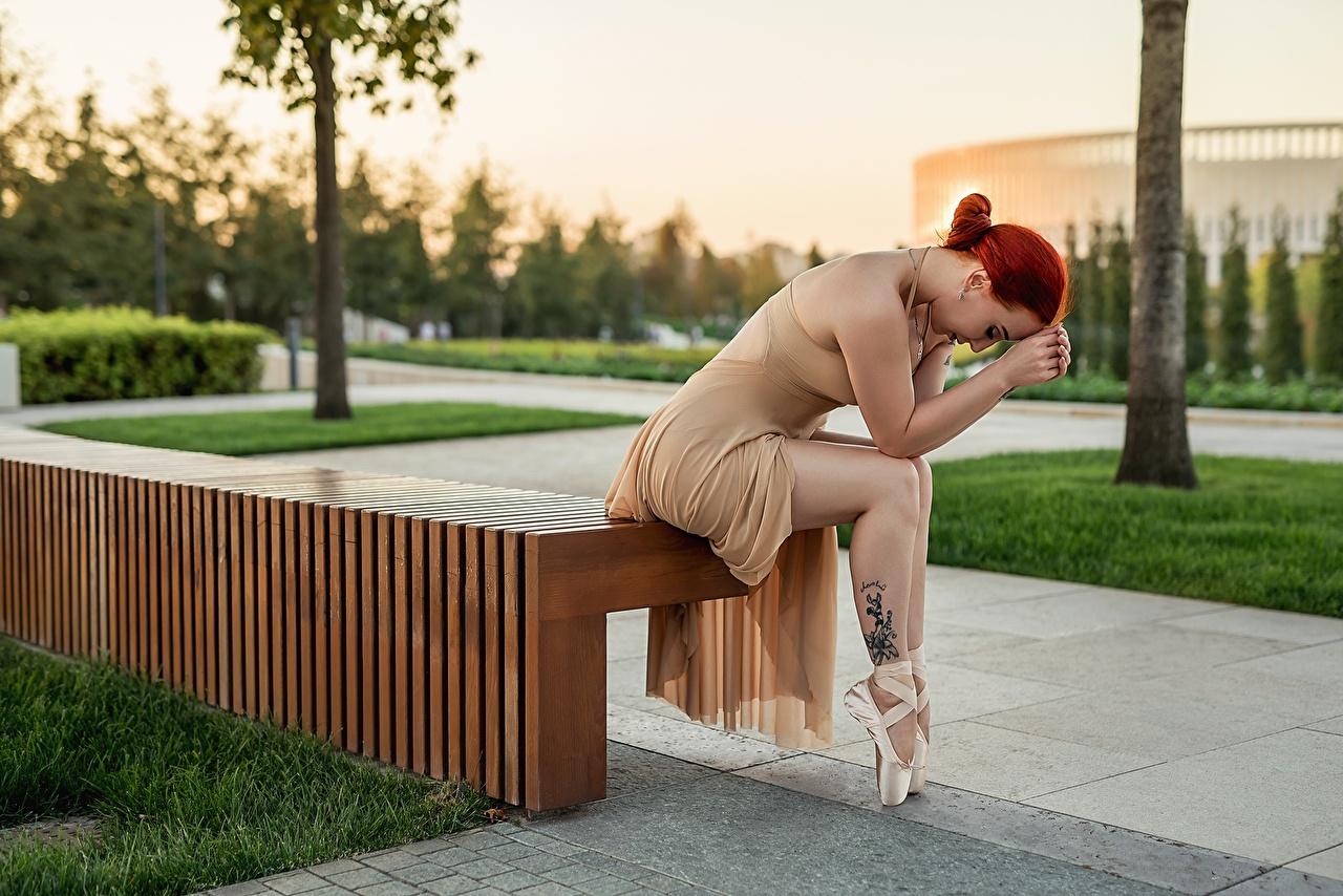 Fotos Georgiy Dyakov Rotschopf Ballett Pose junge Frauen Bein Sitzend Bank (Möbel) Kleid posiert Mädchens junge frau sitzt sitzen