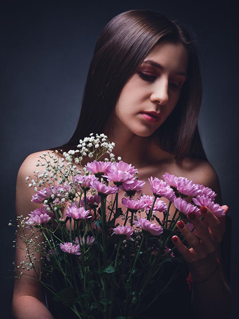 Fotos Braunhaarige Diana Pozdnysheva, Nikolay Bobrovsky Sträuße Mädchens Blumen Chrysanthemen  für Handy Braune Haare Blumensträuße junge frau junge Frauen Blüte