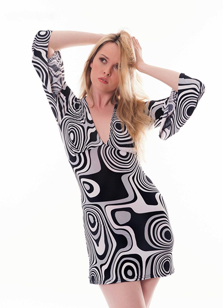 Fotos Carla Monaco Blondine Pose Mädchens Weißer hintergrund Kleid  für Handy Blond Mädchen posiert junge frau junge Frauen