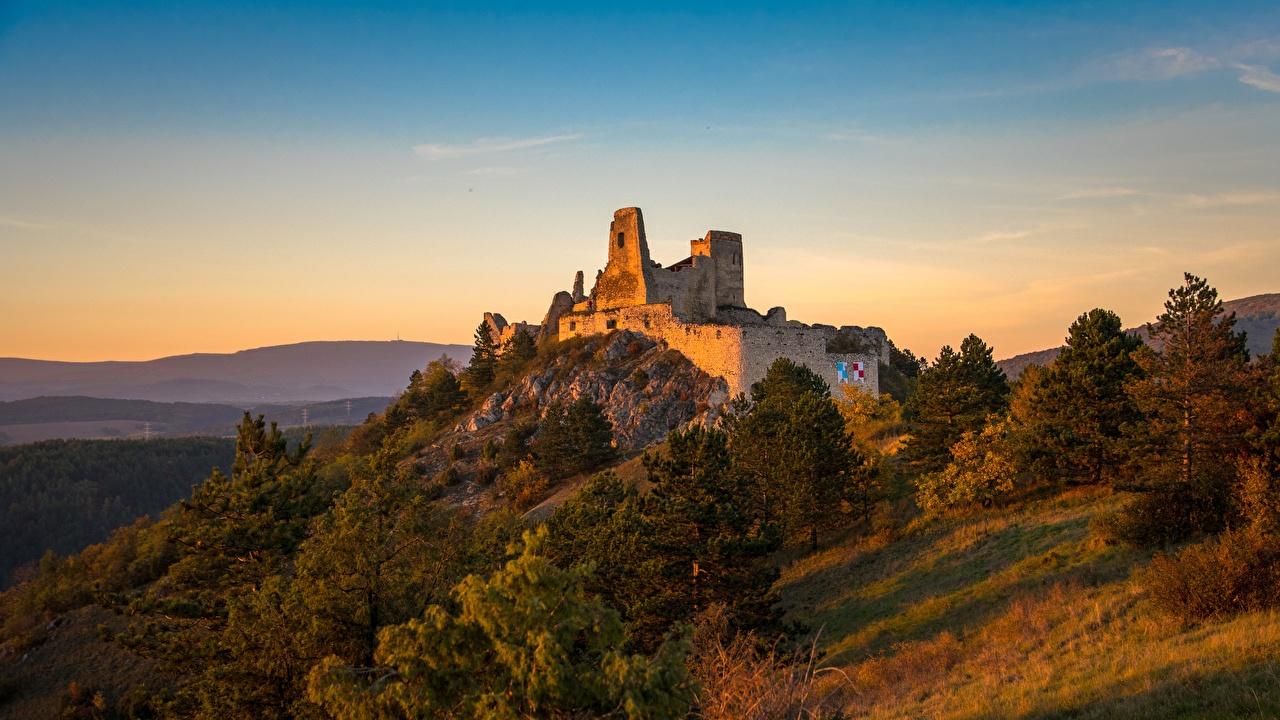 Fotos Slowakei castle of Cachtice Burg Hügel Ruinen Morgendämmerung und Sonnenuntergang Städte Sonnenaufgänge und Sonnenuntergänge