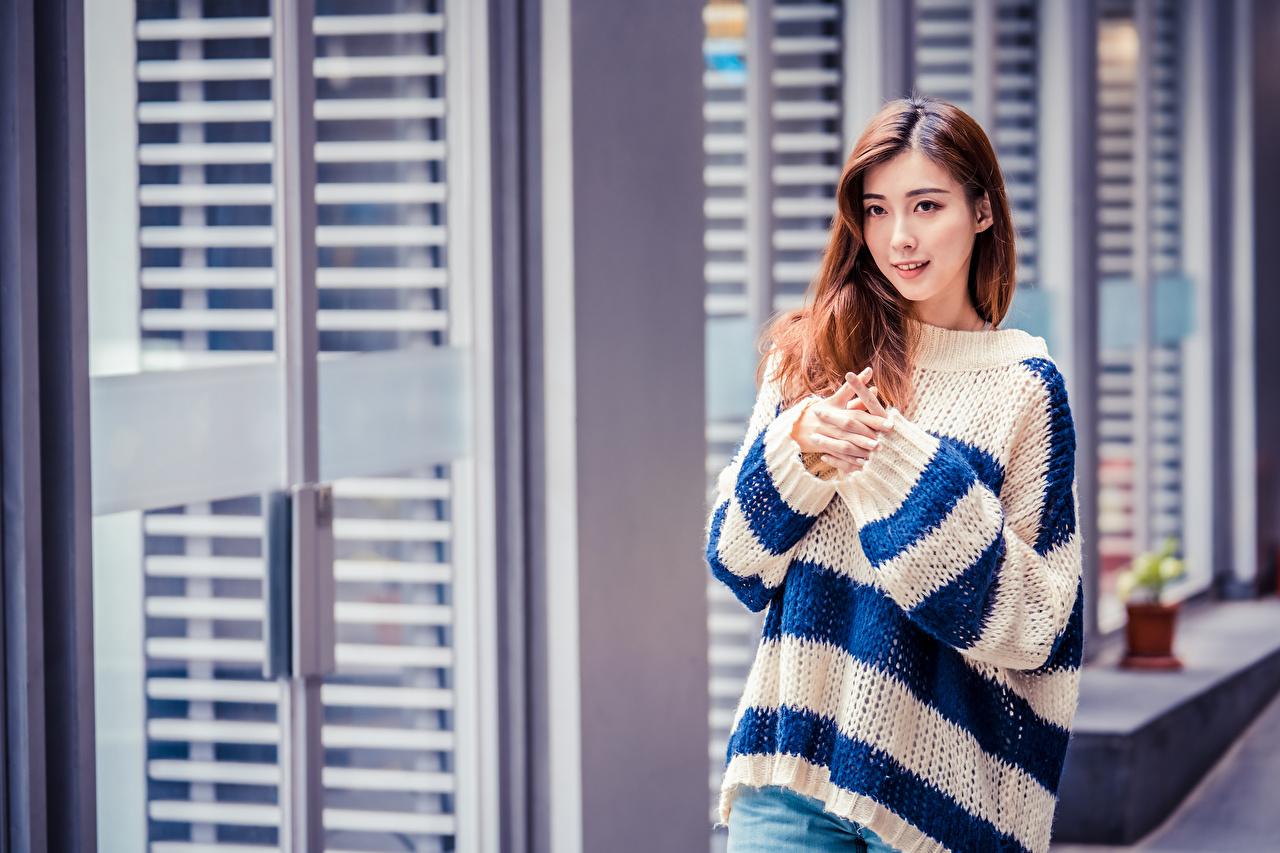 Fotos von Braunhaarige junge frau Asiaten Sweatshirt Hand Blick Braune Haare Mädchens junge Frauen Asiatische asiatisches Starren