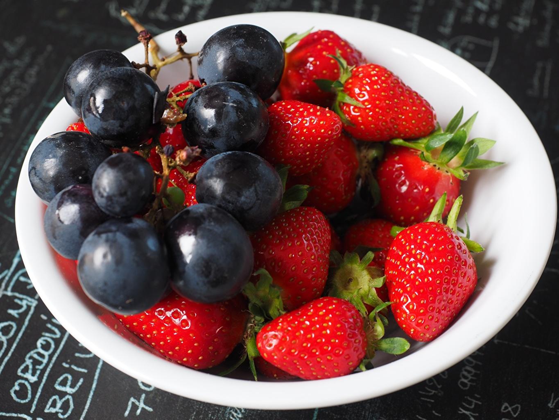 Desktop Hintergrundbilder Erdbeeren Weintraube Beere Teller Lebensmittel Trauben das Essen