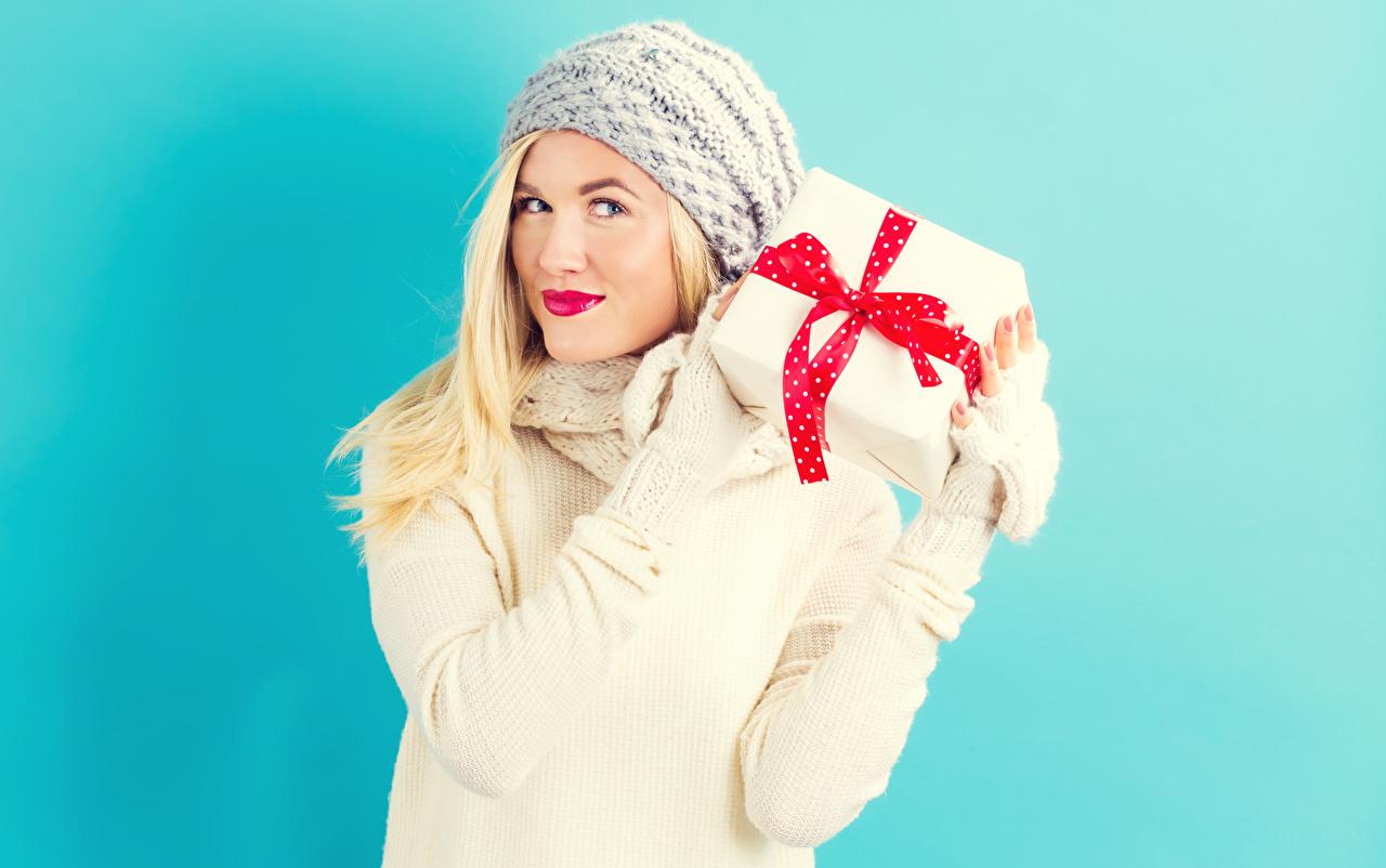 Foto Blond Mädchen Mütze junge frau Geschenke Blick Rote Lippen Farbigen hintergrund Blondine Mädchens junge Frauen Starren