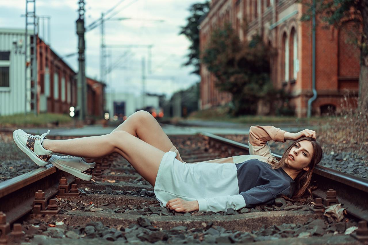Fotos von Model Schienen Liegen Beatrice Rogall junge frau Bein Starren Kleid Liegt ruhen hinlegen Mädchens junge Frauen Blick