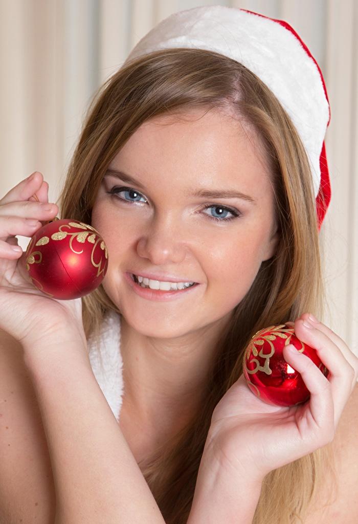 Fotos Neujahr Braunhaarige Lächeln Mädchens Hand Kugeln Blick Braune Haare Starren