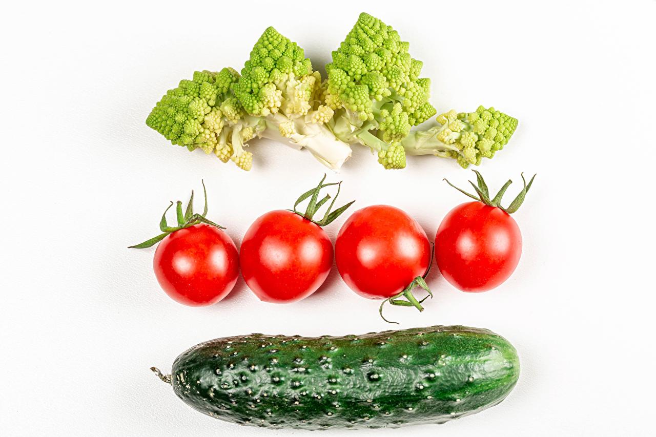 Fotos Gurke Tomaten Brokkoli Gemüse das Essen Weißer hintergrund Tomate Lebensmittel