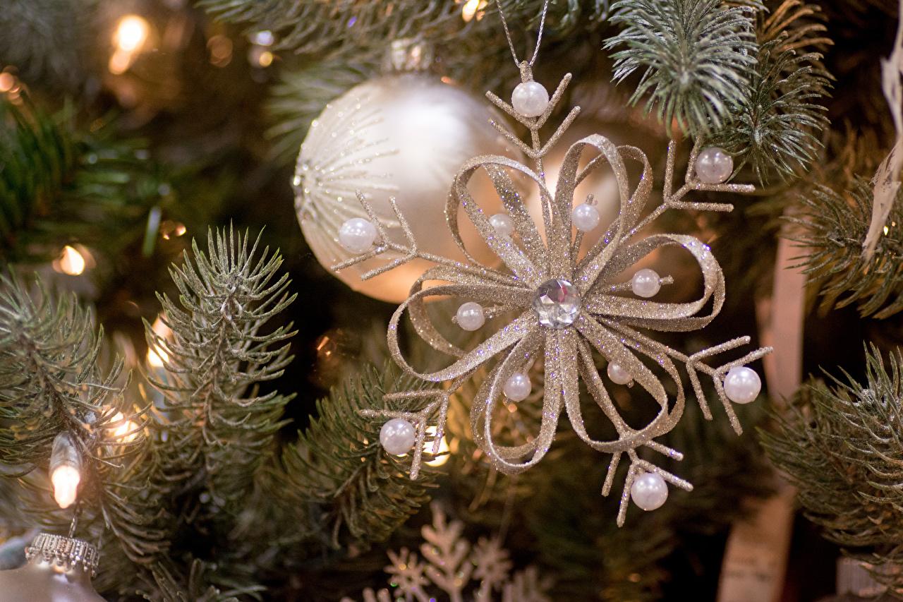 Weihnachtsbaum Ast.Hintergrundbilder Neujahr Schneeflocken Weihnachtsbaum Ast Kugeln