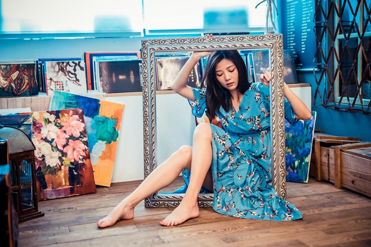 Desktop Hintergrundbilder junge frau Bein Asiaten sitzt Kleid Mädchens junge Frauen Asiatische asiatisches sitzen Sitzend