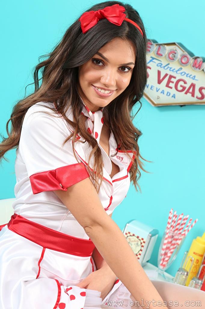 Fotos von Abigail B Kellnerin Braune Haare Lächeln Mädchens Hand Uniform Schleife Blick  für Handy Braunhaarige junge frau junge Frauen Starren