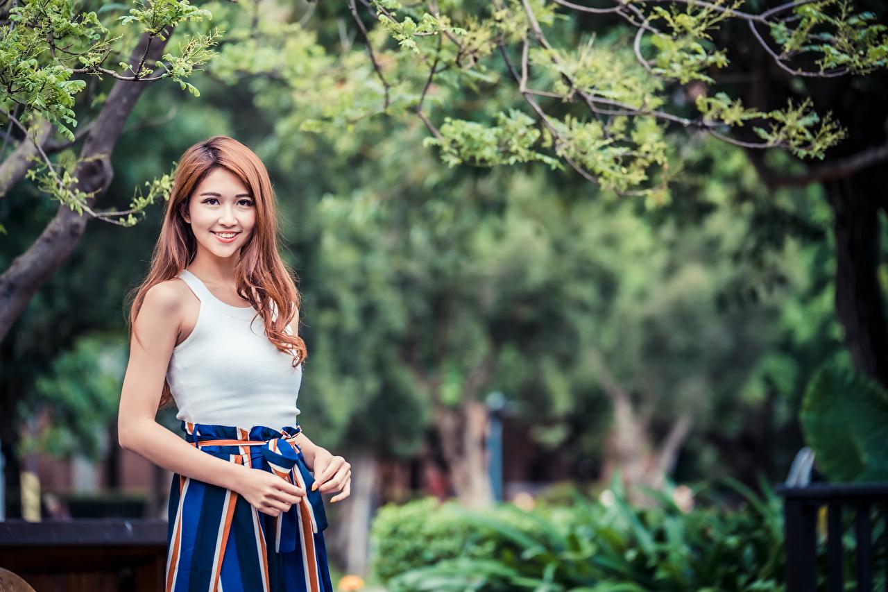 Fotos von Rock Lächeln junge Frauen Unterhemd Asiatische Starren Mädchens junge frau Asiaten asiatisches Blick