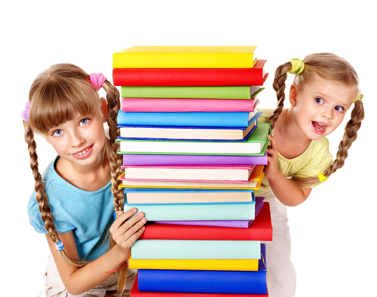 Foto Kleine Mädchen Zopf Kinder 2 Bücher Blick Weißer hintergrund kind Zwei Buch Starren