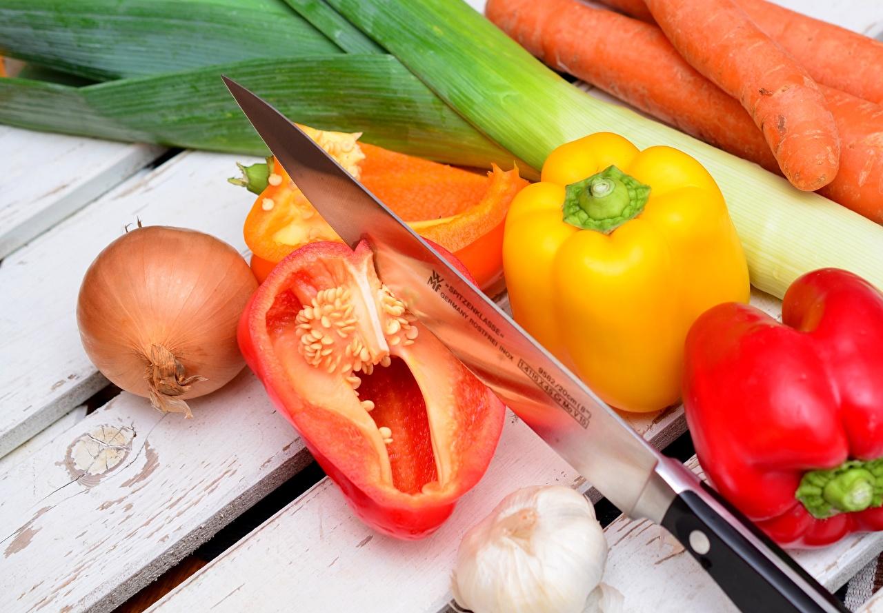 Desktop Wallpapers Knife Onion Carrots Garlic Food Vegetables Bell pepper boards Allium sativum Wood planks