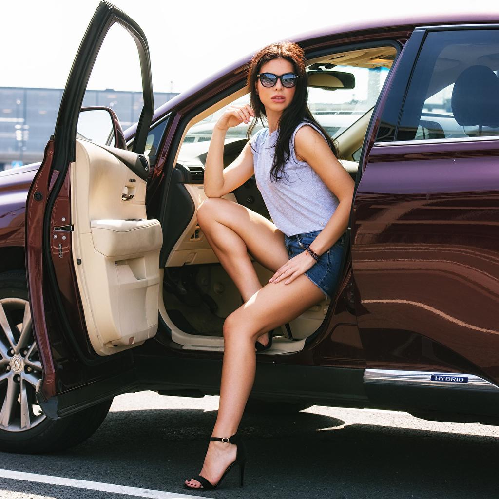 Bilder von Offene Tür Mary posiert junge frau Bein Autos Brille Shorts Sitzend Blick Pose Mädchens junge Frauen auto sitzt sitzen automobil Starren