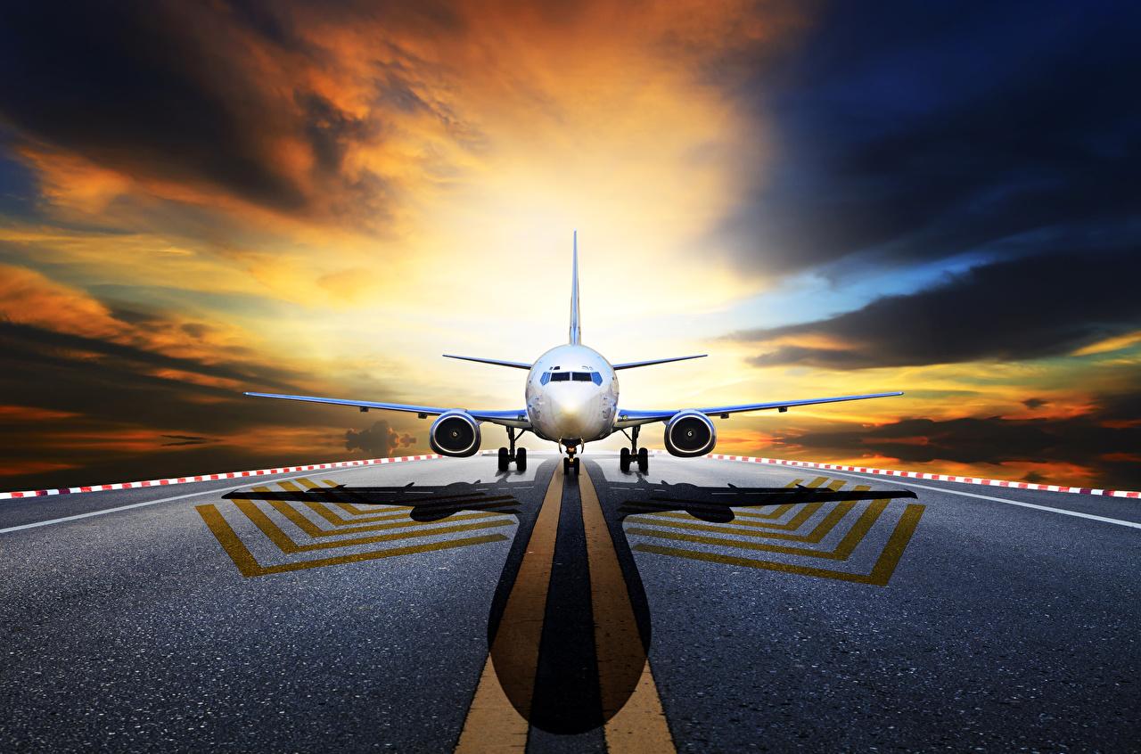 Fotos Flugzeuge Verkehrsflugzeug Nacht Vorne Asphalt Luftfahrt