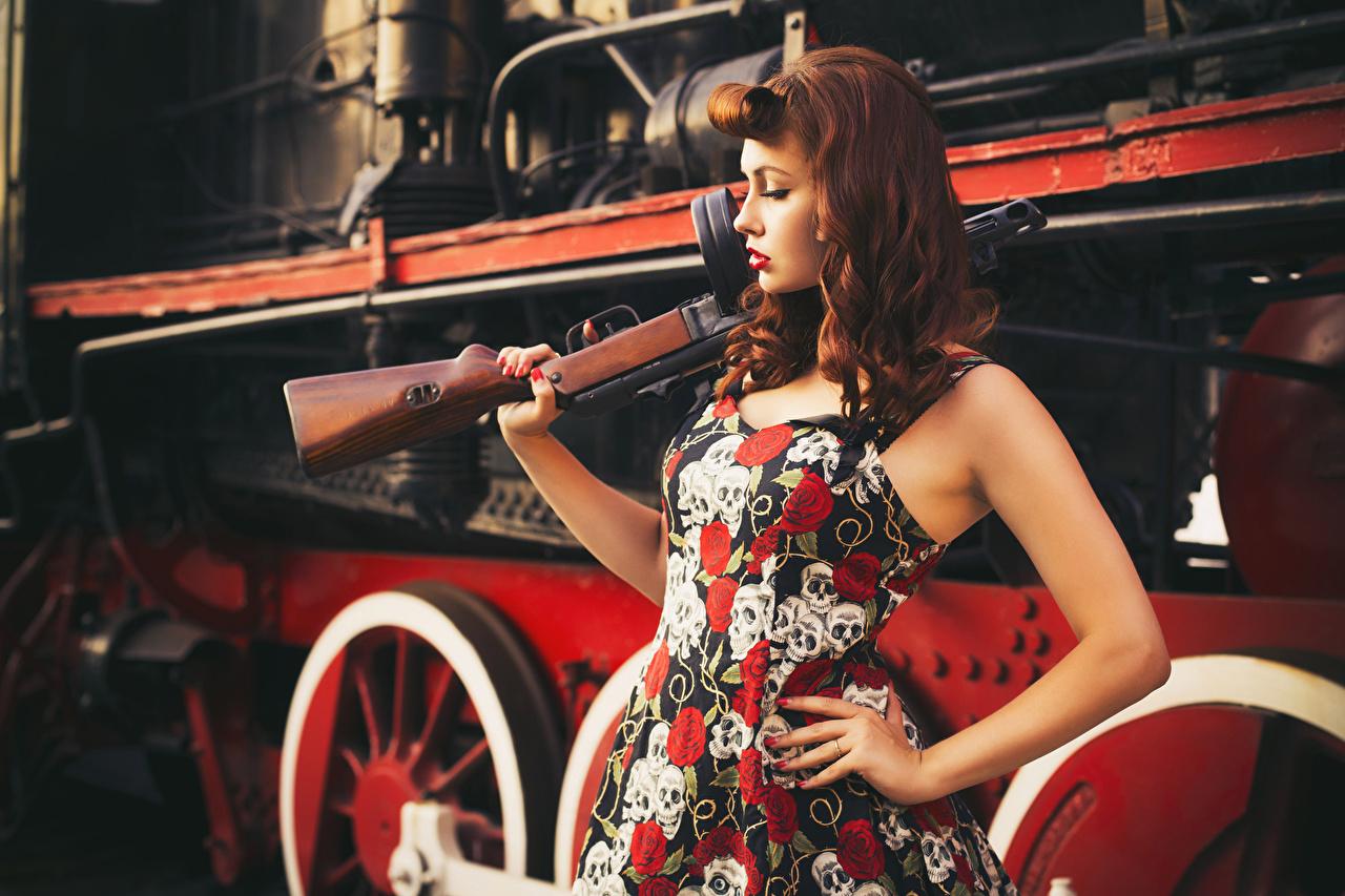 Foto Rotschopf Sturmgewehr Retro junge Frauen Züge Kleid antik Mädchens junge frau