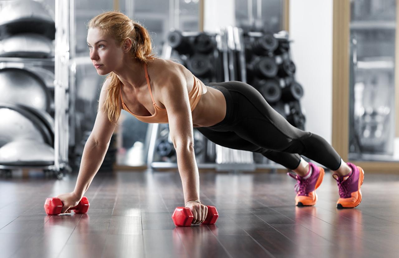 Fotos Blondine Trainieren Fitness Sport Hanteln Mädchens Blick Blond Mädchen Körperliche Aktivität Hantel Starren