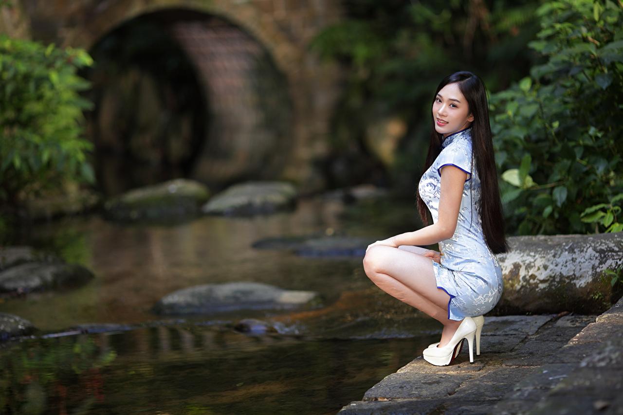 Bilder Bokeh posiert Mädchens asiatisches sitzt Kleid Stöckelschuh unscharfer Hintergrund Pose junge frau junge Frauen Asiaten Asiatische sitzen Sitzend High Heels