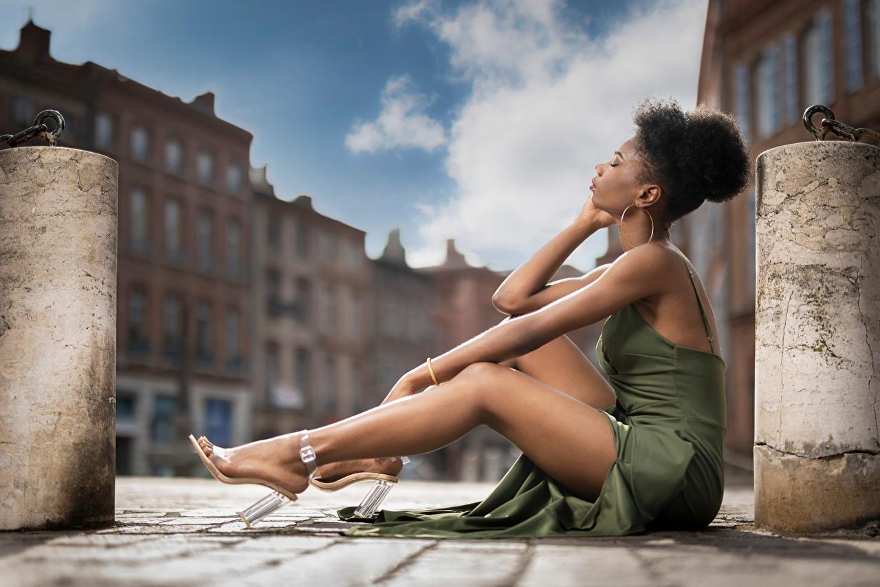 Fotos von Mary Neger junge Frauen Bein Sitzend Kleid Mädchens junge frau sitzt sitzen