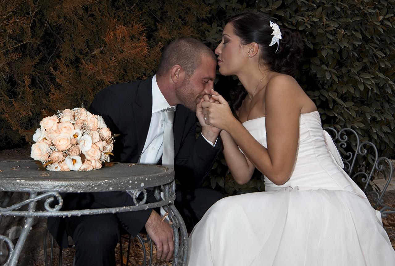 Foto Bräutigam bräute Hochzeit Mann Paare in der Liebe küssen Sträuße Zwei junge frau Sitzend Ehe Braut Heirat Trauung Hochzeiten Kuss küsst 2 Mädchens junge Frauen sitzt sitzen