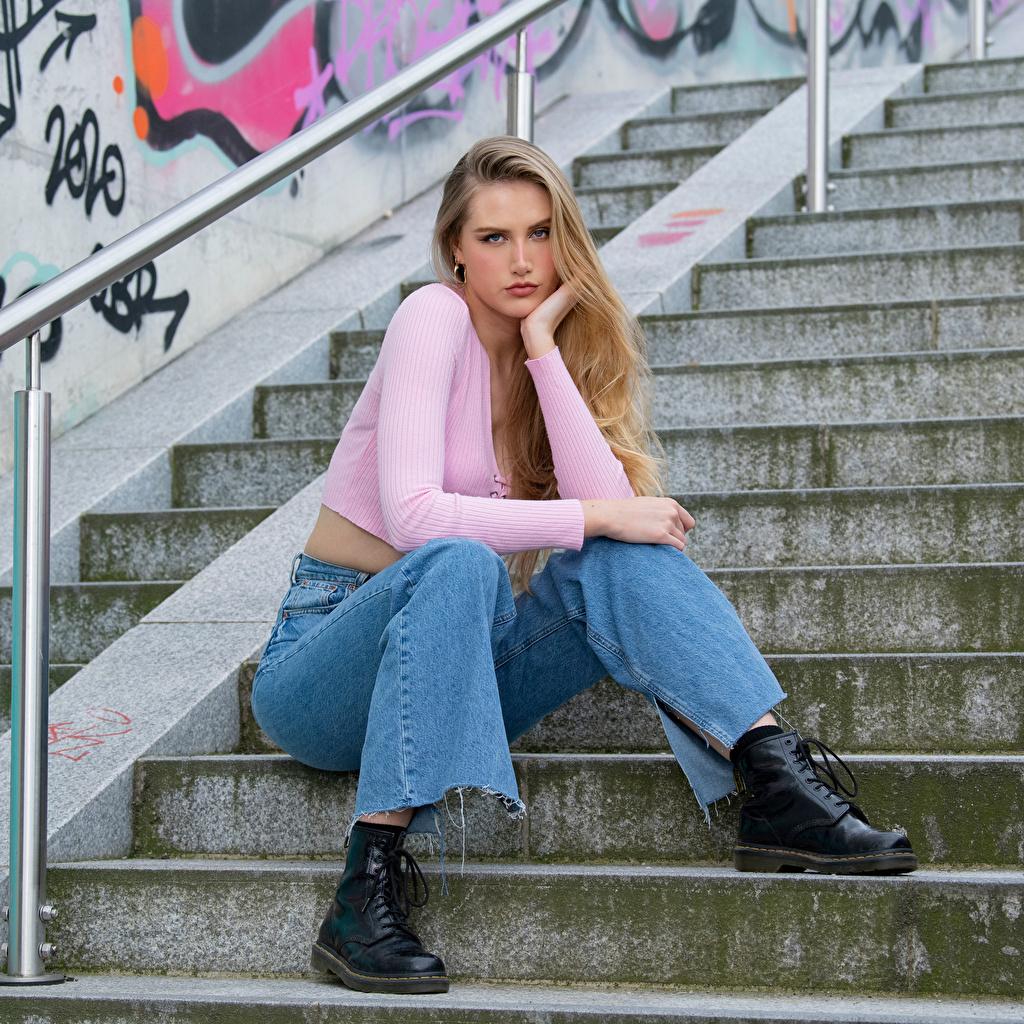 Fotos Blondine Jolanda Bluse Treppen Mädchens Jeans sitzen Starren Blond Mädchen Treppe Stiege junge frau junge Frauen sitzt Sitzend Blick