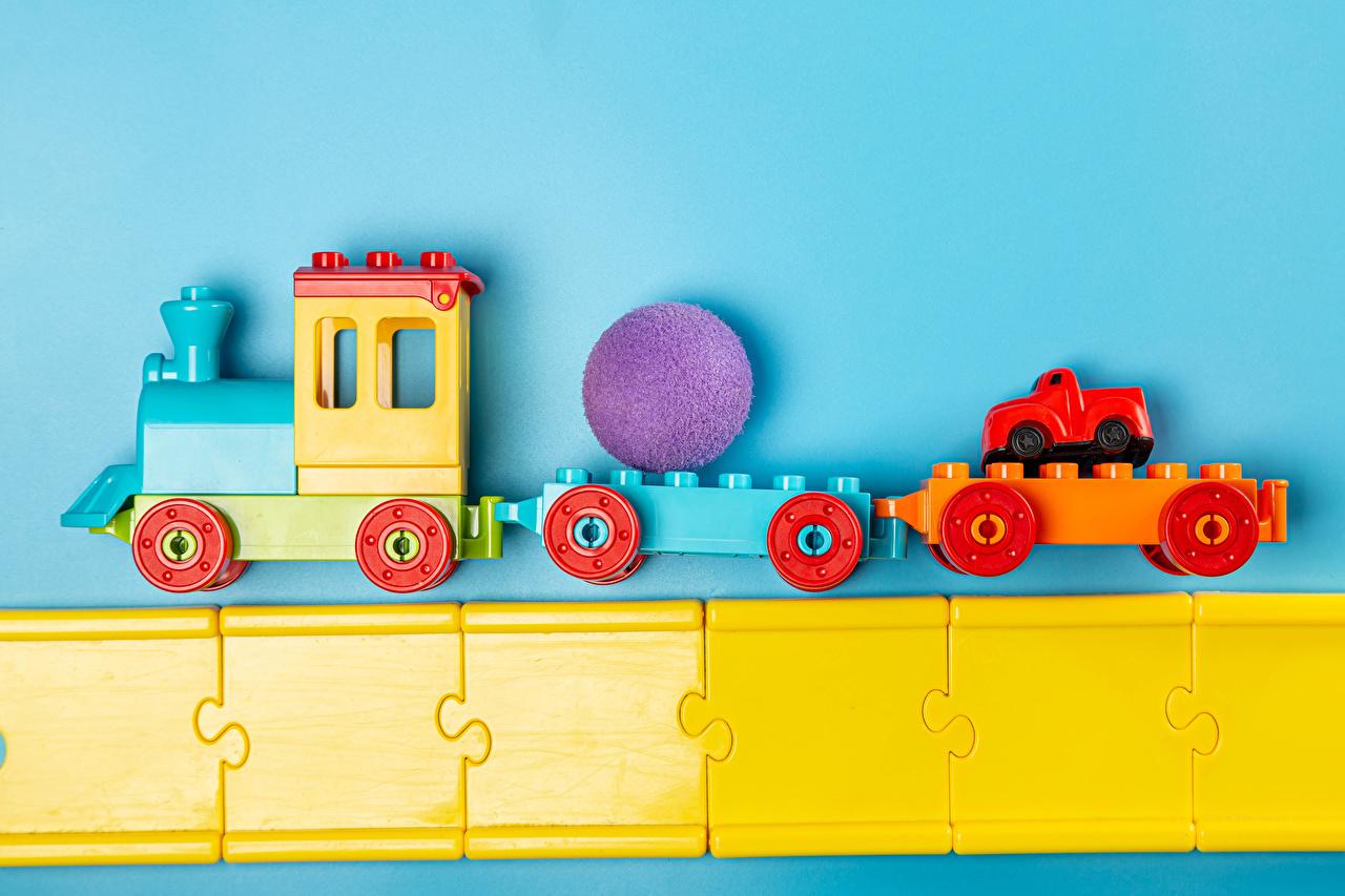 Fotos von Züge Kugeln Spielzeuge Farbigen hintergrund Spielzeug
