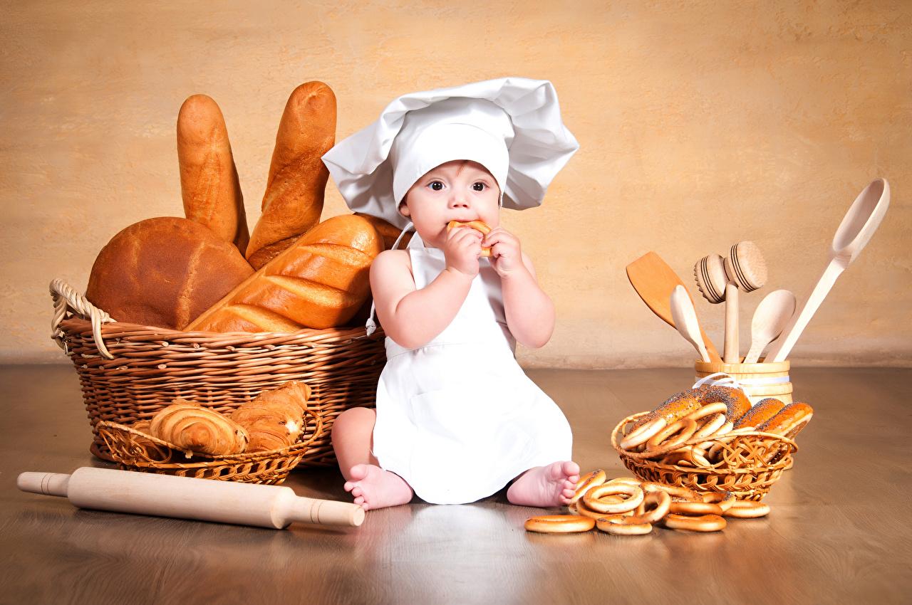 Fotos jungen Kinder Mütze Brot Weidenkorb Uniform Küchenchef Backware Junge koch köche