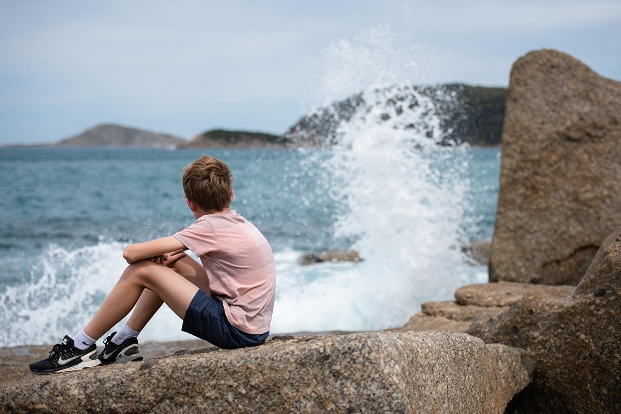 Foto Junge Bokeh Kinder Ruhen Wasser spritzt Stein sitzt jungen unscharfer Hintergrund kind Erholung ausruhen spritzwasser Steine sitzen Sitzend