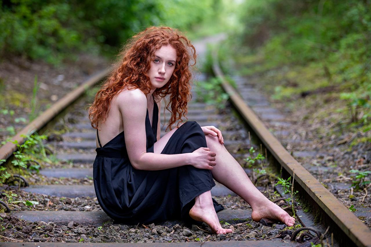 Foto Donna rossa Rotaie Lydia Capelli ricci giovani donne seduta Colpo d'occhio Abito ragazza Ragazze giovane donna Seduto sedute Sguardo Vestito