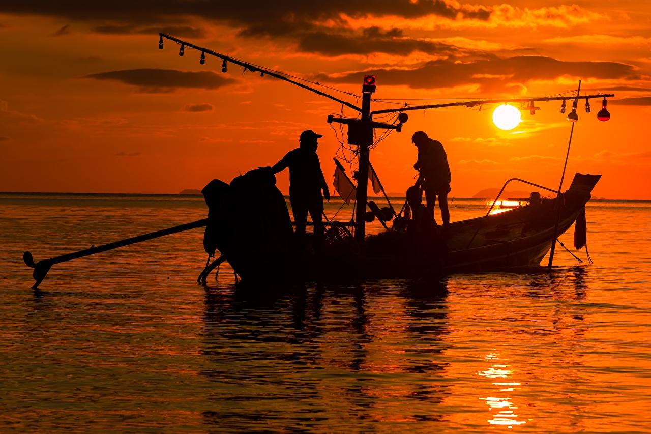 Achtergrond Mannen Silhouet Werk Zon De zee Visvangst Aziaten Zonsopgangen en zonsondergangen Kleine boten een man silhouetten werkt werken aziatisch een boot