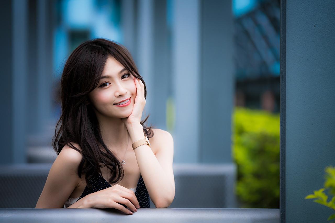 Bilder von Brünette Lächeln unscharfer Hintergrund Armbanduhr Mädchens Asiaten Hand Starren Bokeh junge frau junge Frauen Asiatische asiatisches Blick