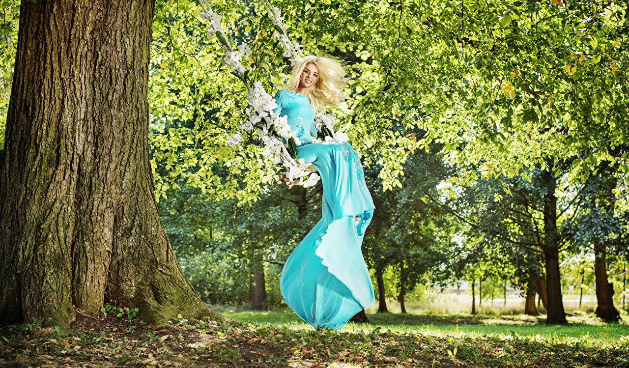 Hintergrundbilder Blond Mädchen Lächeln Schaukel Mädchens Bäume Kleid Blondine