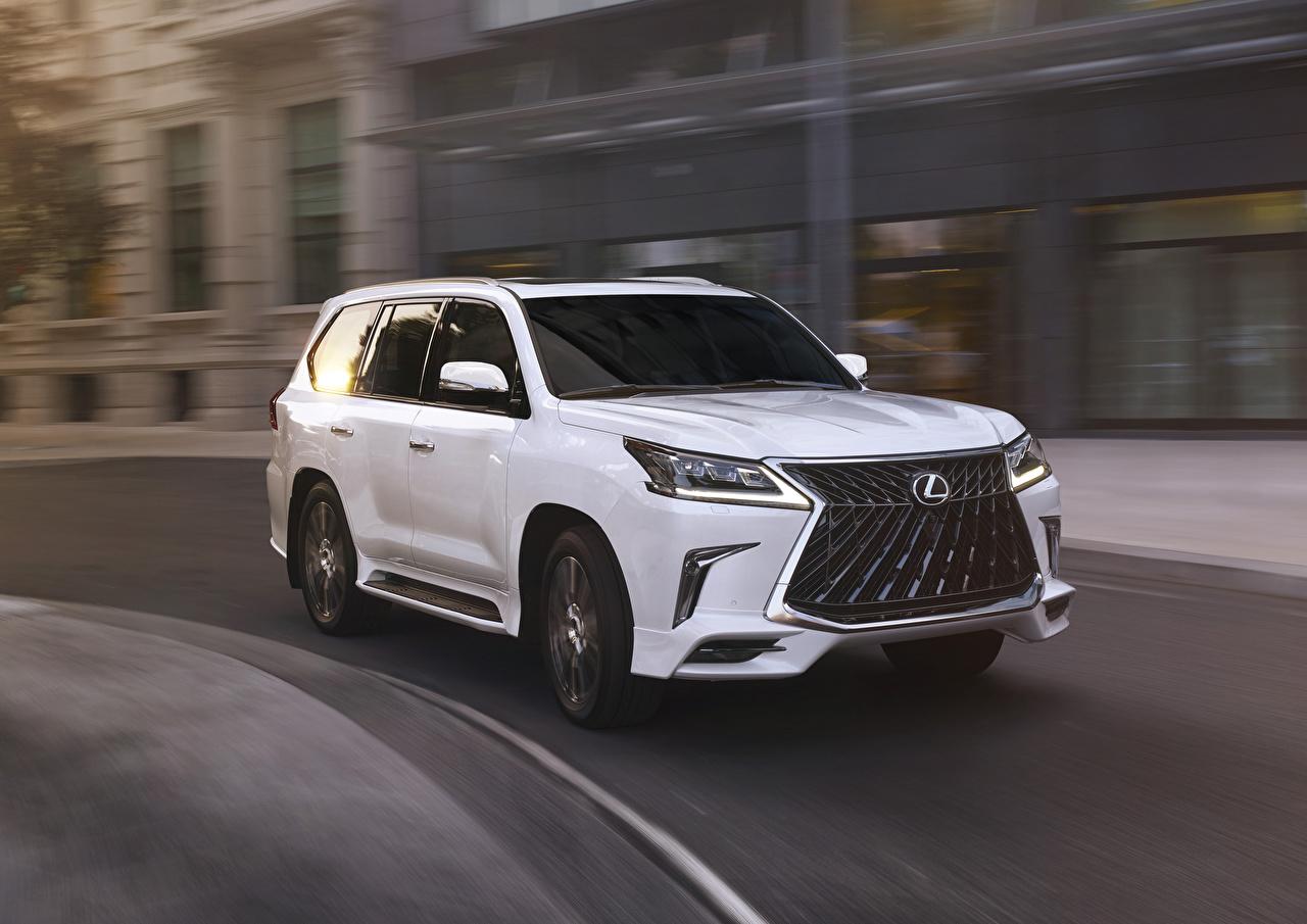 Desktop Hintergrundbilder Lexus 2020 LX 570 Sport Package Weiß fahrendes Autos Metallisch fährt fahren Bewegung Geschwindigkeit auto automobil