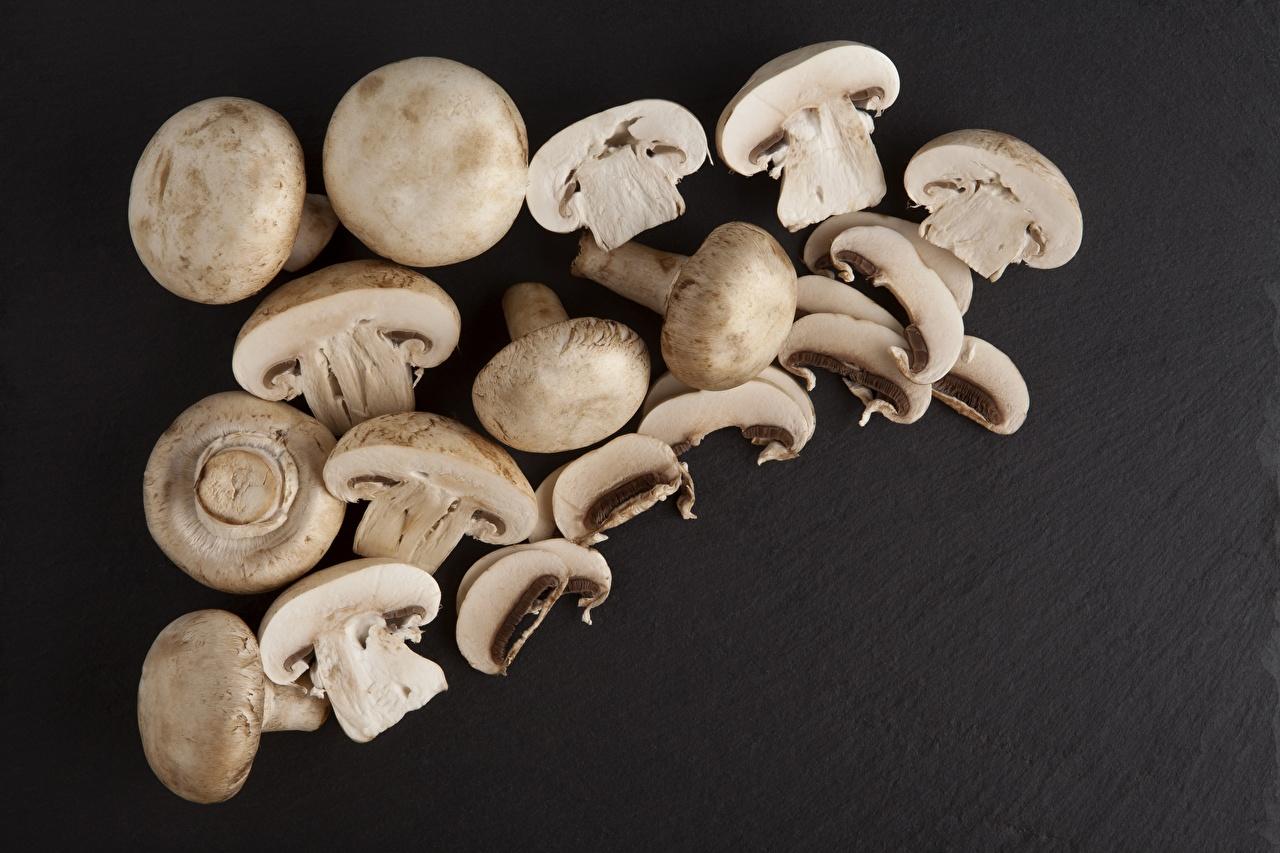 Сhampignons Beaucoup Champignon de Paris Fond gris Aliments en tranches aliments, Agaricus bisporus, tranchées Nourriture