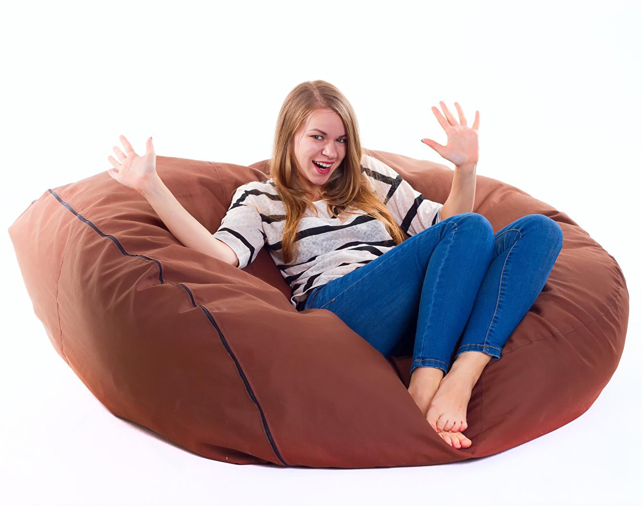 Fotos von Blondine fröhliches Mädchens Hand sitzen Sessel Weißer hintergrund Blond Mädchen Freude Glücklich glückliche fröhlicher glücklicher glückliches sitzt Sitzend