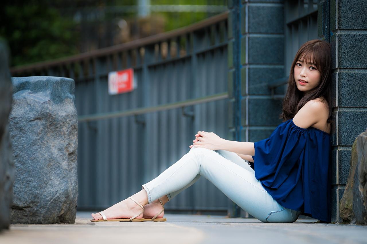 Fotos von Braunhaarige Bokeh Mädchens Bein Jeans Asiatische Sitzend Braune Haare unscharfer Hintergrund junge frau junge Frauen Asiaten asiatisches sitzt sitzen