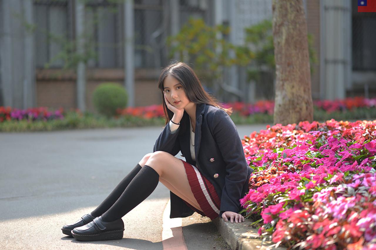 Fotos Long Socken Mädchens Bein Asiatische Sitzend Sakko Blick junge frau junge Frauen Asiaten asiatisches sitzt sitzen Starren