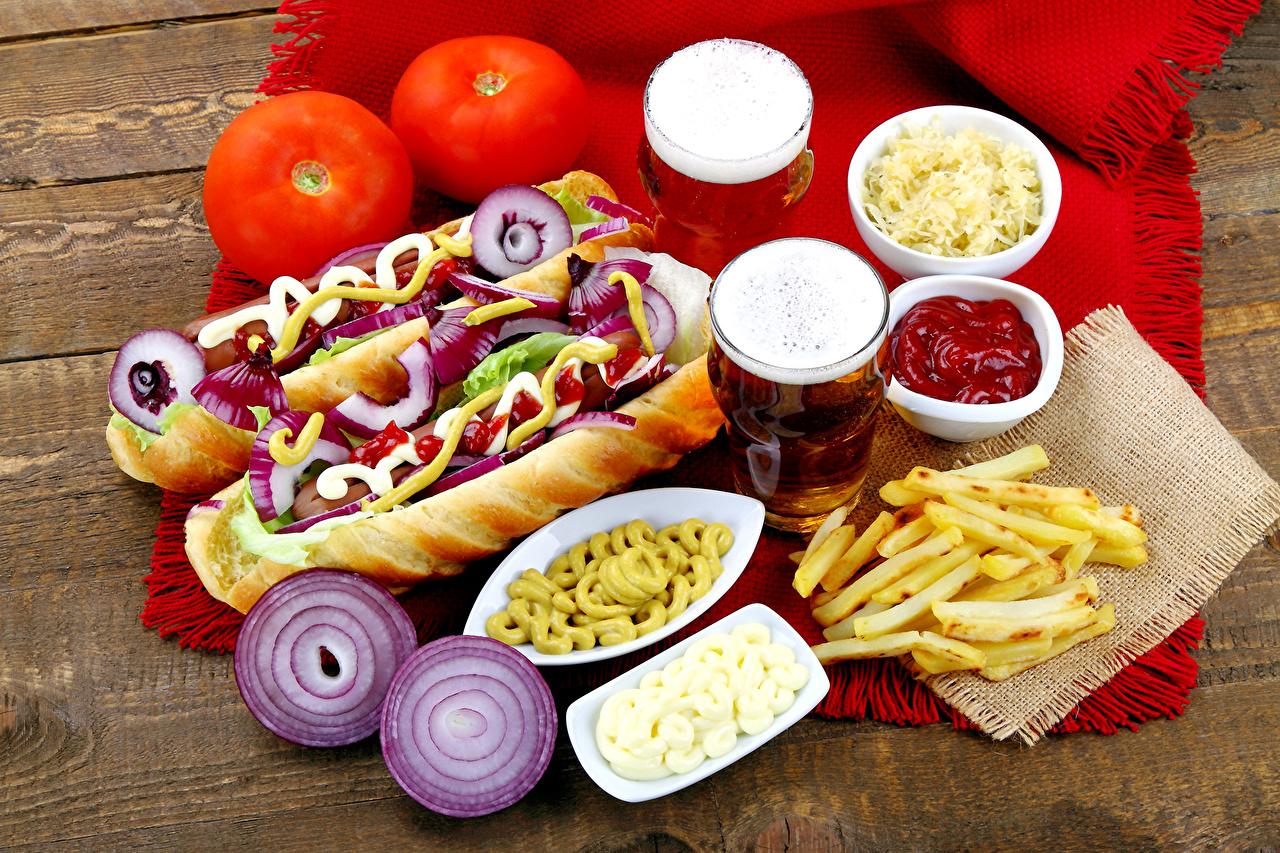 Foto Bier Tomate Hotdog Zwiebel Pommes frites Ketchup Trinkglas Fast food Lebensmittel Fritten