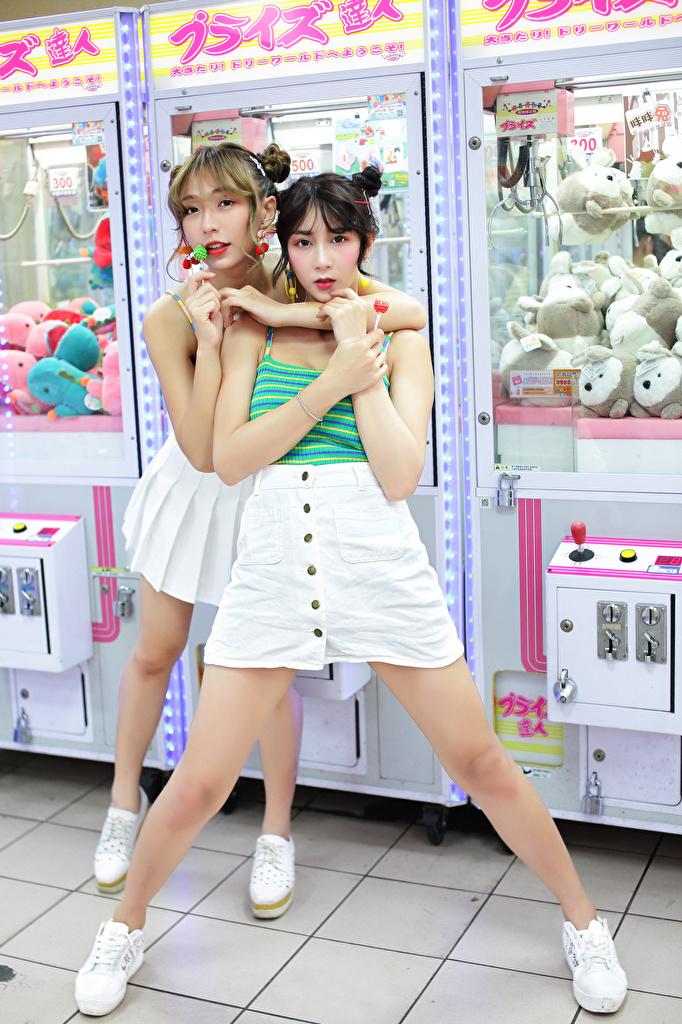 Fotos 2 Umarmung Mädchens Bein asiatisches Blick  für Handy Zwei umarmt umarmen junge frau junge Frauen Asiaten Asiatische Starren