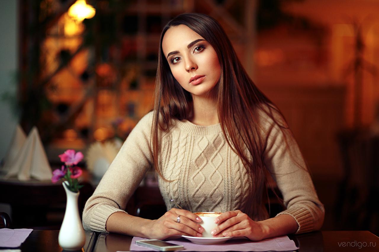 Desktop Hintergrundbilder Braunhaarige Bokeh Mädchens Sweatshirt Starren Braune Haare unscharfer Hintergrund junge frau junge Frauen Blick