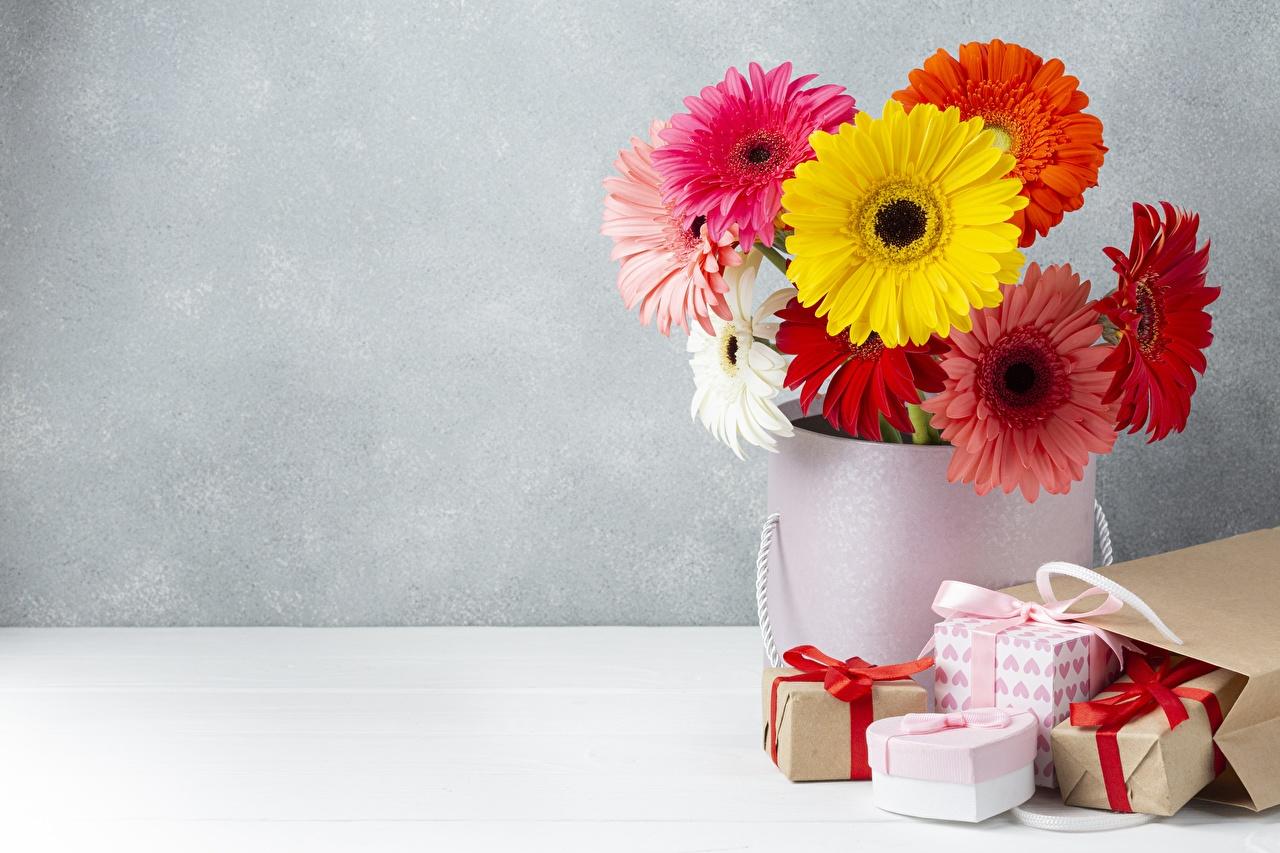 Desktop Hintergrundbilder Tüte Blumensträuße Gerbera Blüte Geschenke Vase Sträuße Blumen