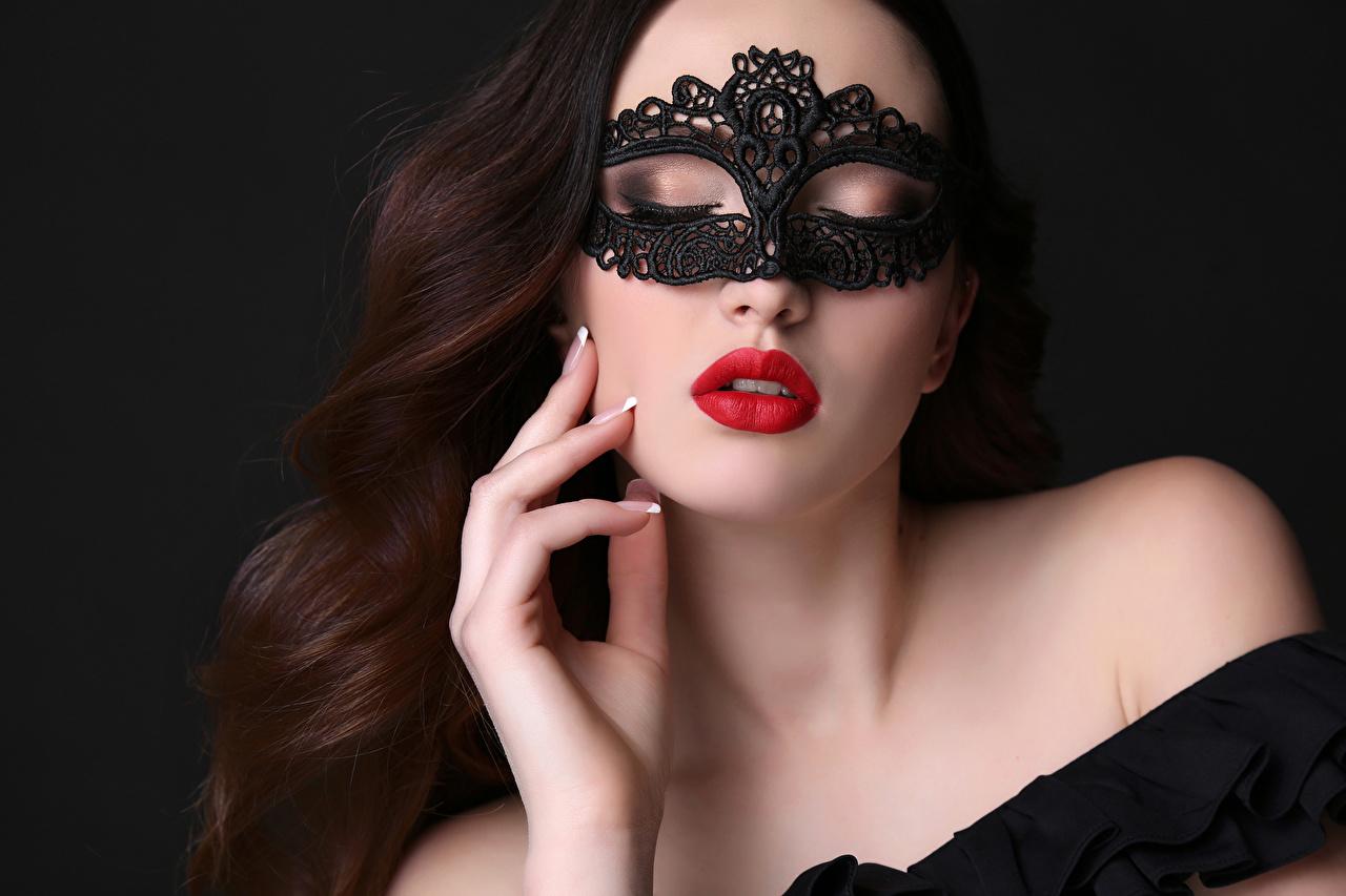 Fotos von Braune Haare Schön Mädchens Maske Finger Rote Lippen Schwarzer Hintergrund Braunhaarige
