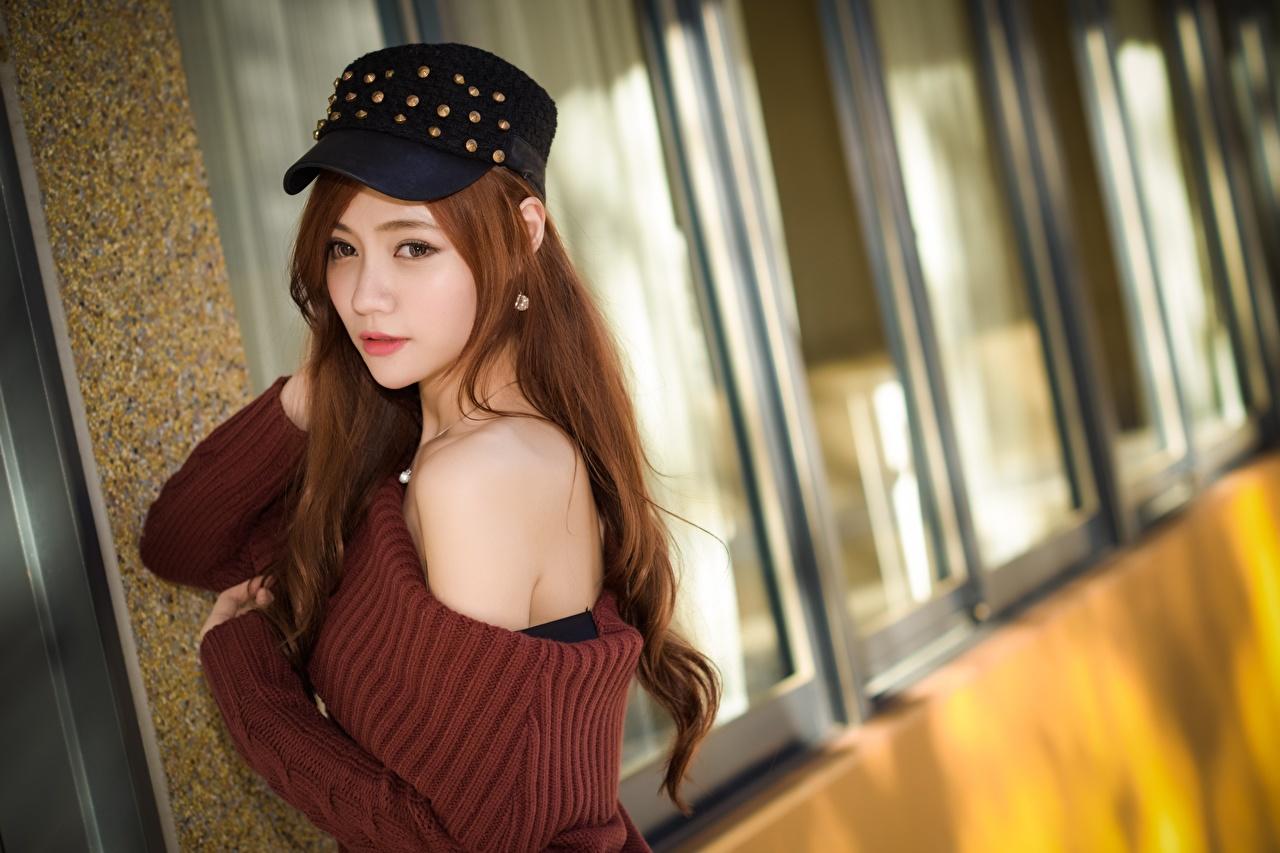 Fotos Braune Haare Bokeh junge Frauen Asiatische Sweatshirt Starren Baseballcap Braunhaarige unscharfer Hintergrund Mädchens junge frau Asiaten asiatisches Blick baseballkappe baseballmütze