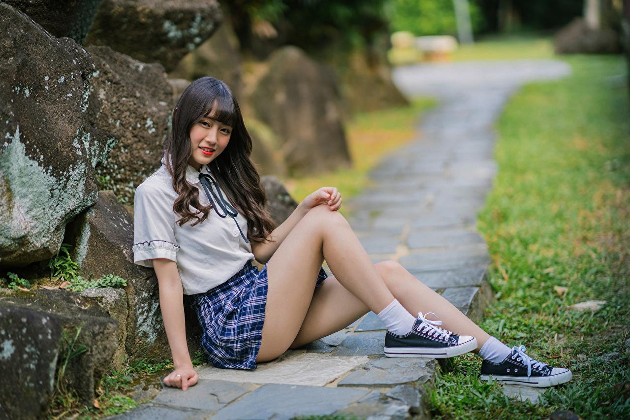 Foto Rock Lächeln junge Frauen Bein Asiaten Sitzend Starren Mädchens junge frau Asiatische asiatisches sitzt sitzen Blick