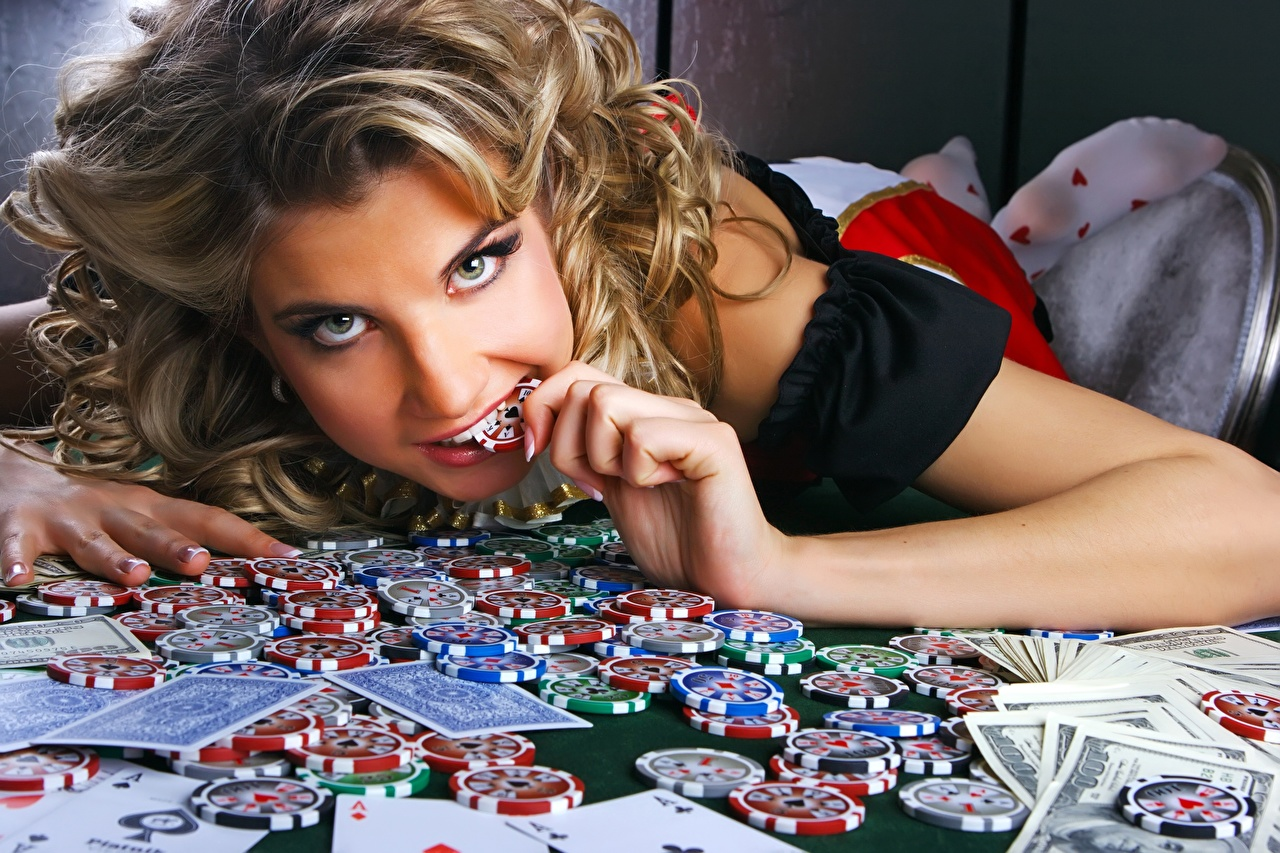 Fotos Casino-Chips Gesicht Mädchens Spielcasino Hand Geld Spielkarte Starren Casino Spielbank junge frau junge Frauen Blick