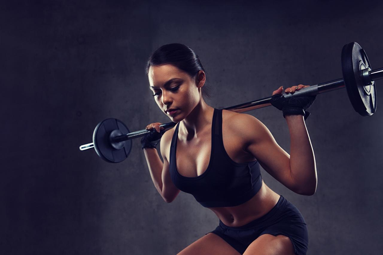 Bilder Brünette Trainieren Kauert Sport Mädchens Hantelstange Körperliche Aktivität hockt Kniebeugen junge frau sportliches junge Frauen