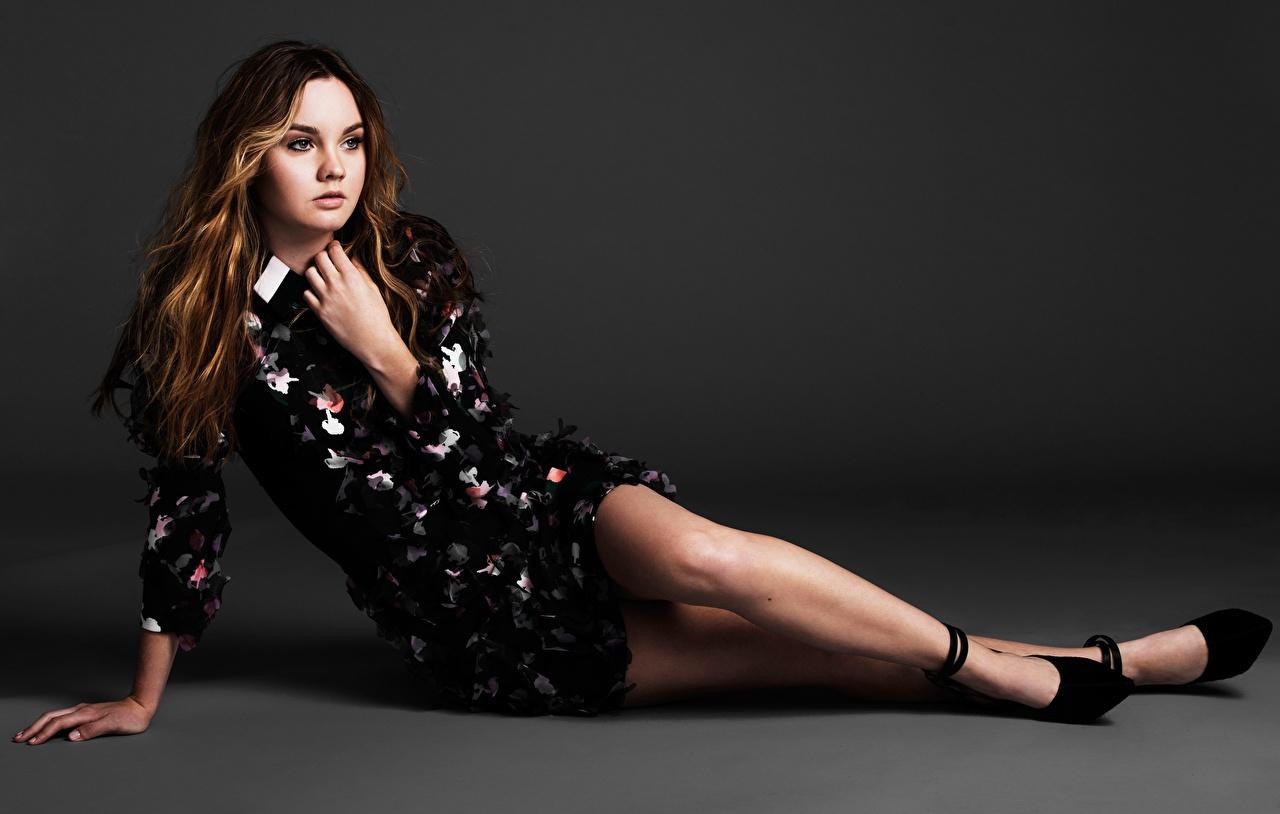 Bilder von Braunhaarige Liana Liberato junge frau Bein Hand Prominente Grauer Hintergrund Kleid Stöckelschuh Braune Haare Mädchens junge Frauen High Heels