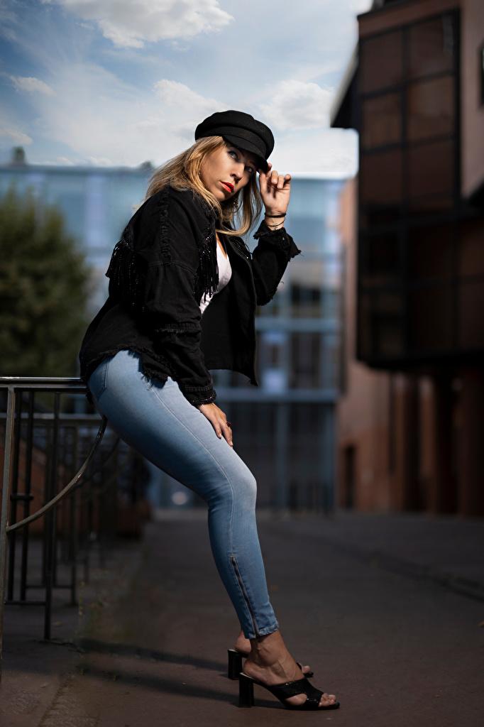 Bilder Blond tjej Aurelia poserar Unga kvinnor Jeans ser Basebollkeps  till Mobilen Pose ung kvinna Blick baseball keps