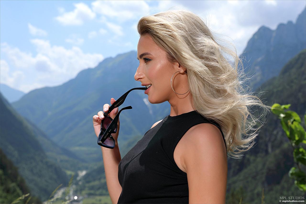 Bilder von Cara Mell Blond Mädchen Mädchens Brille Seitlich Blondine junge frau junge Frauen