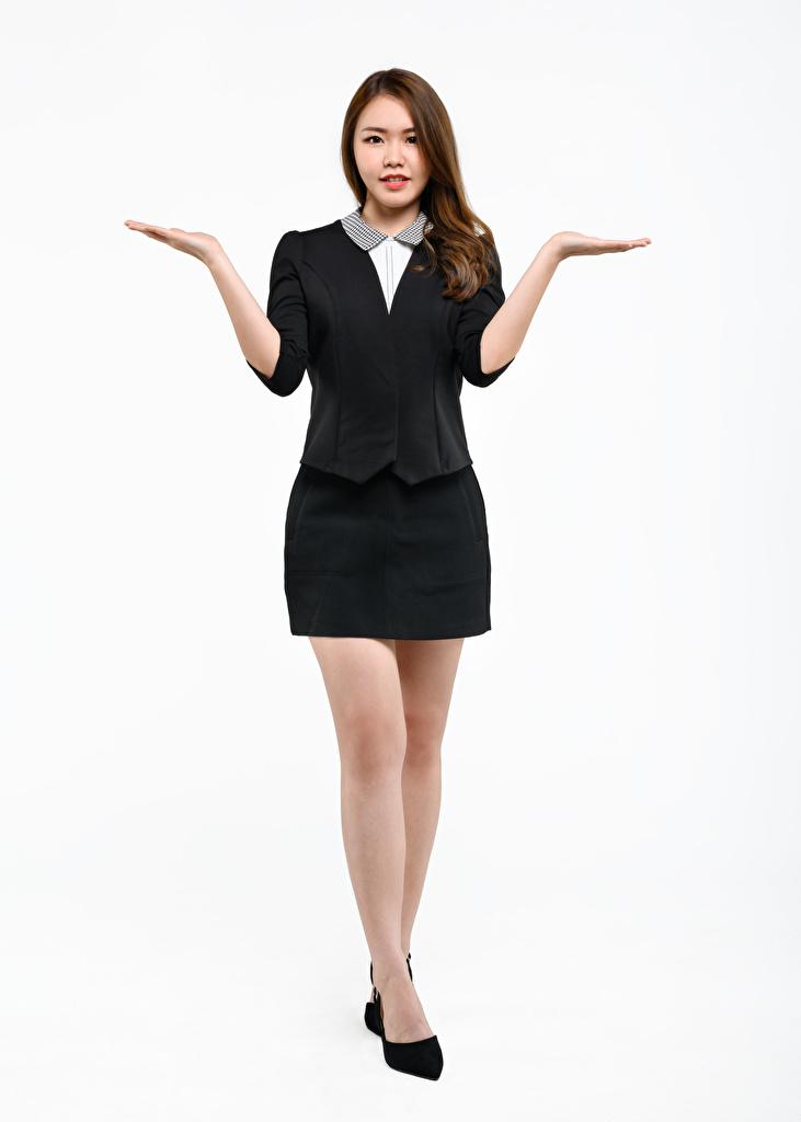 Desktop Hintergrundbilder junge frau Hand Bein Weißer hintergrund Braunhaarige Asiatische Stöckelschuh Rock Gestik Pose  für Handy Mädchens junge Frauen Braune Haare Asiaten High Heels asiatisches posiert